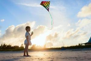 liten flicka som flyger en drake foto
