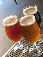 tre calici di birra artigianale foto