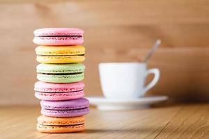 sex färgglada franska macaron och kopp foto