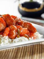 söt och sur kyckling på vitt ris foto