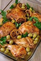 delar av kyckling bakad med citron foto
