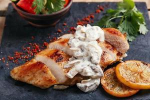stekt kycklingbröst med svampsås och citron foto