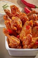 stekt kycklingvingar med söt chilisås foto