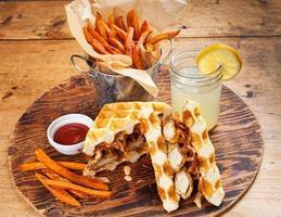 kyckling och våffelsmörgås med pommes frites foto