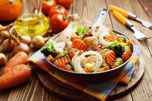 rostad kyckling med grönsaker foto