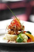 närbild masala kyckling stekt ris foto