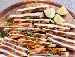 skivor av grillad kyckling i limesås