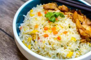 stekt ris med teriyaki kyckling foto