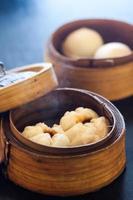 dim sum ångbullar (kinesiska dumplings) foto