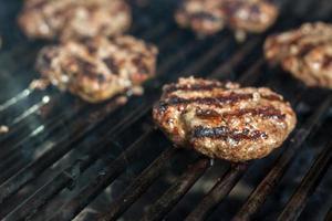 grillad hamburgare till middag foto
