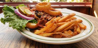 lökring cheddar bacon hamburgare börjar foto