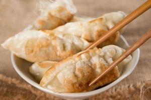 berömda asiatiska måltider pan stekt dumplings foto