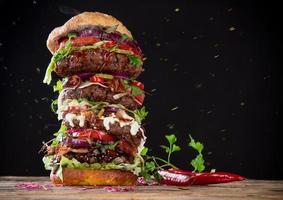 läcker stor hamburgare på trä