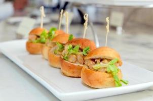 mini hamburgare på vit maträtt foto