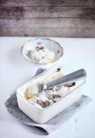karamellglass med salt och riven svart tryffel foto