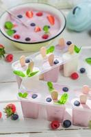 saftig glass med fruktig yoghurt foto