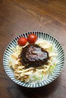 japansk hemmatlagning en hamburgare foto