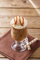 iskaffe med mjölk och glass karamell foto