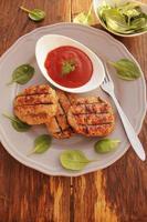 grillade köttbullar med tomatsås foto