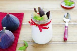 yoghurt med fikon och mynta foto