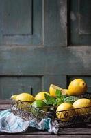 citroner, limefrukter och mynta foto