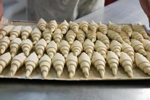 croissanter på bricka foto