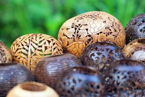 många lampor snidade från ett kokosnötträd foto