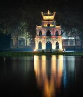 hanoi, Vietnam. sköldpadda eller sköldpaddan tornet i hoan kiem sjön