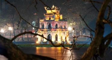 hanoi, Vietnam. sköldpadda eller sköldpaddan tornet i hoan kiem sjön foto
