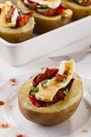 bakade potatis fyllda med bacon, serverad med camembert