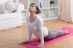 äldre kvinna och yoga foto