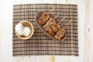 thai-stil grillad fläsk och klibbigt ris foto