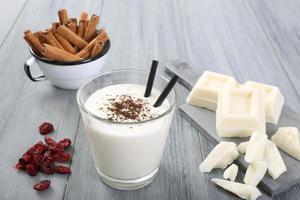 vit choklad milkshake foto