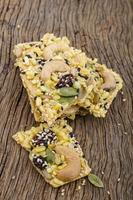 organisk granola bar med nötter och torr frukt foto