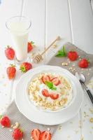 inhemsk yoghurt med jordgubbar foto