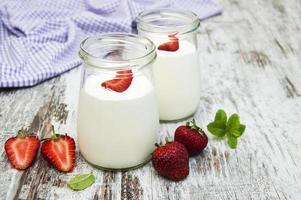 jordgubbfruktyoghurt med färska jordgubbar foto
