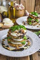 mozzarella aubergine vegetarisk maträtt foto