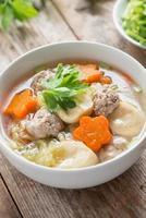 klar soppa med grönsaker och köttbullar.