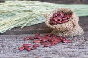 röda bönor i liten säck foto