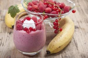 smoothie av banan, hallon och röda vinbär