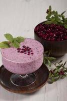 smoothie med tranbär och yoghurt foto