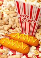 popcorn jordnötter och majshundar foto