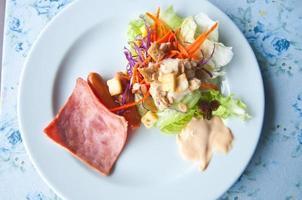 färsk grönsakssallad på bordet foto