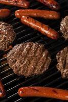 hamburgare och korv på grillen