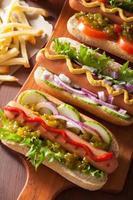 grillade korv med grönsaks ketchup senap foto