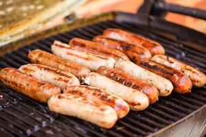 grillade nötkött- och fläskkorvar foto
