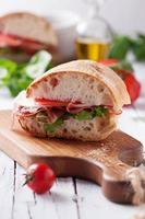 italiensk focaccia med tomat, prosciutto och mozzarella foto