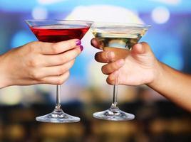 cocktails i händerna i nattklubben foto