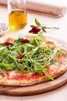 pizza med raket och chili foto