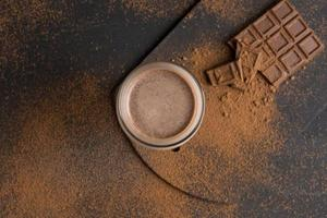 glas choklad milkshake på bordet foto